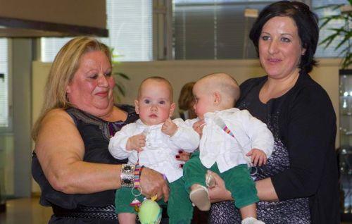 As gêmeas siamesas Núria e Marta são carregadas pela mãe e pela avó.  Os médicos do Hospital Vall d'Hebron...