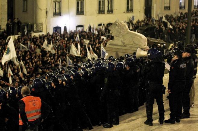 Decenas de policías se enfrentan a sus compañeros frente al Parlamento portugués