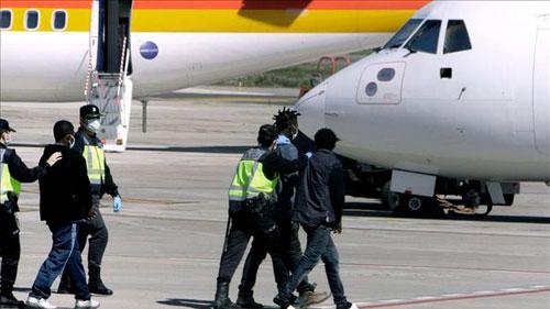 España deportó a 3.111 inmigrantes en 2013 en 148 vuelos de repatriación