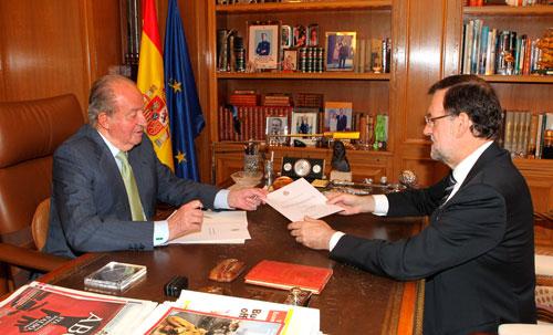 """El Rey don Juan Carlos abdica para que """"una nueva generación asuma el protagonismo"""""""