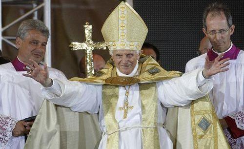 El actual cardenal Konrad, a la izquierda de Benedicto