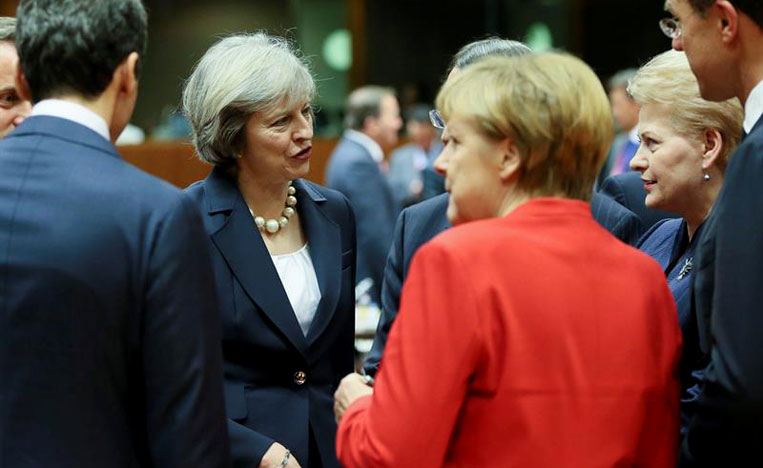 """Rajoy afirma ante May que la salida del Reino Unido de la UE debe tratarse con """"rapidez"""""""
