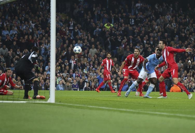El Manchester City supera al Sevilla con un gol en el descuento (2-1)