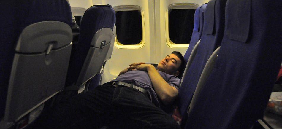 ¿Cómo podemos dormir mejor en los aviones?