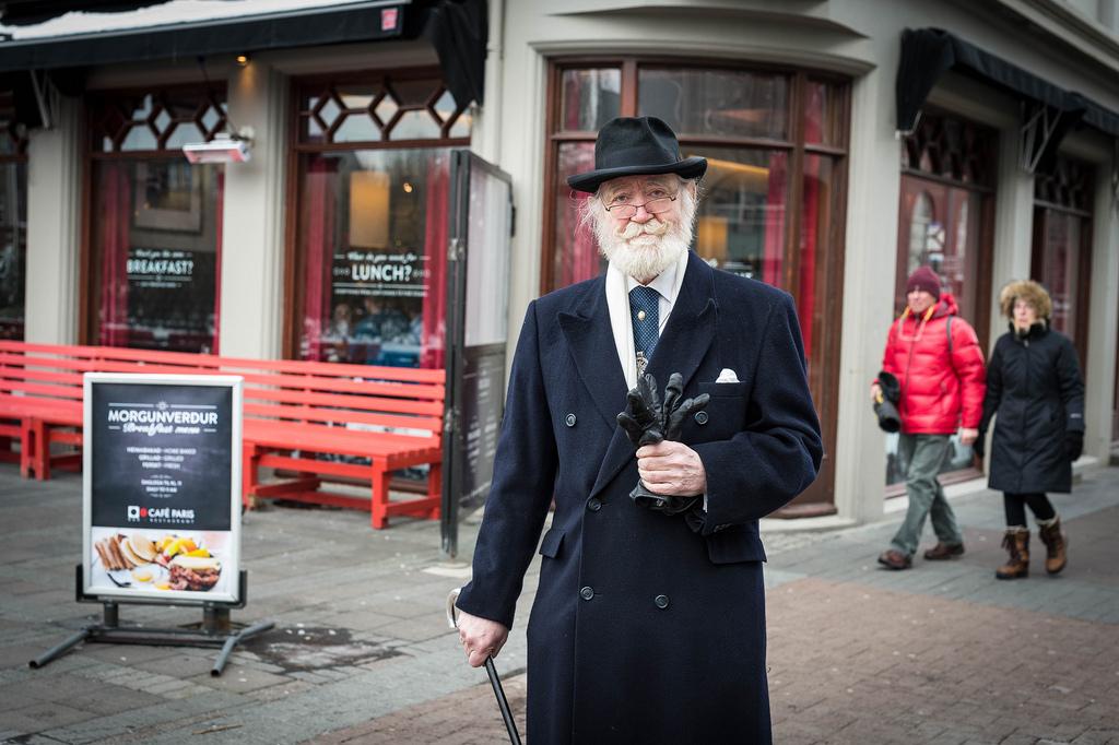 Vende ropa usada y fundó su propia religión: así es el abuelo más elegante del mundo