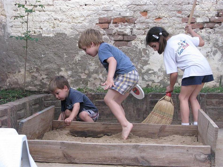 El peligro de los areneros en los parques infantiles