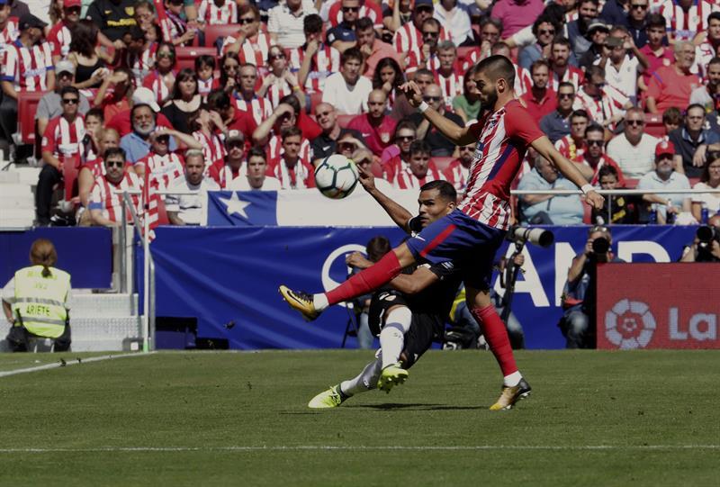 Carrasco y Griezmann aúpan al Atlético a la segunda plaza (2-0)
