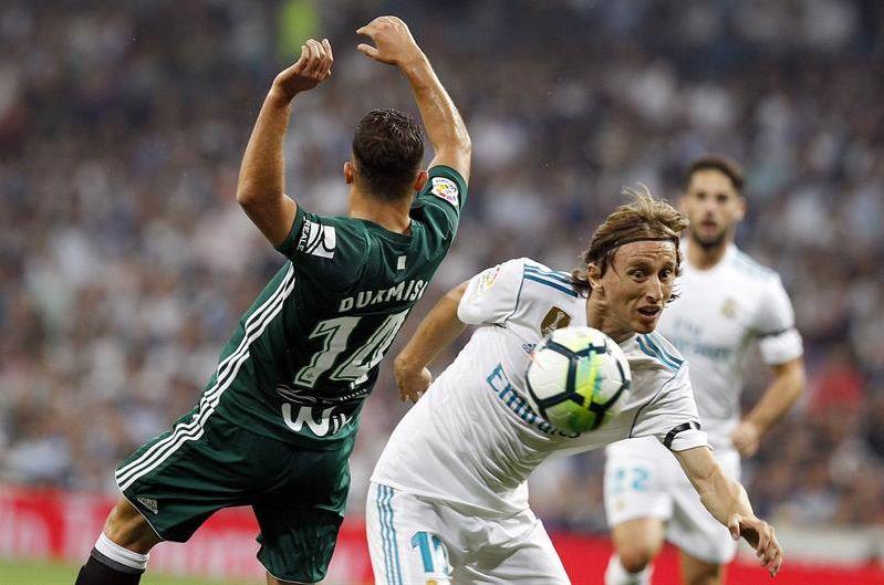 e018e898e Un gol de Sanabria en tiempo de descuento ha permitido al Betis ganar en el  Santiago Bernabéu 19 años después de su última victoria (0-1) y convertir  los ...