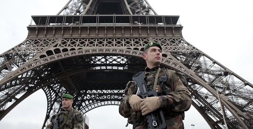 Un soldado francés a los pies de la Torre Eiffel en París