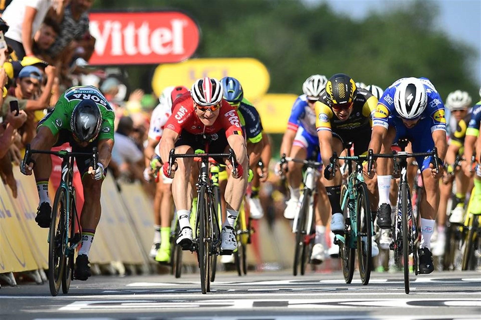 Gaviria repite triunfo al sprint en el Tour en un final accidentado