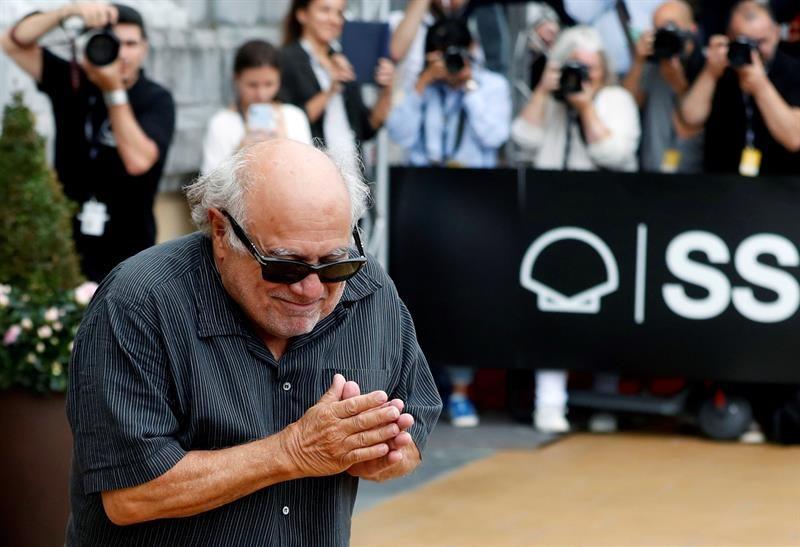 Danny DeVito saluda con las manos en el corazón al público de Donostia