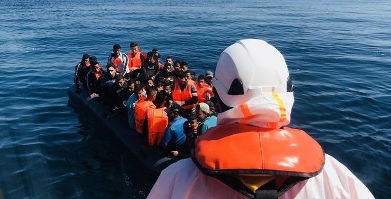 Trasladan a puerto a 117 personas, entre ellos cinco menores, rescatadas de dos pateras en el mar de Alborán