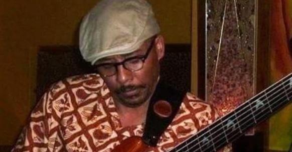 Operan de tumor cerebral a un músico sudafricano mientras toca la guitarra