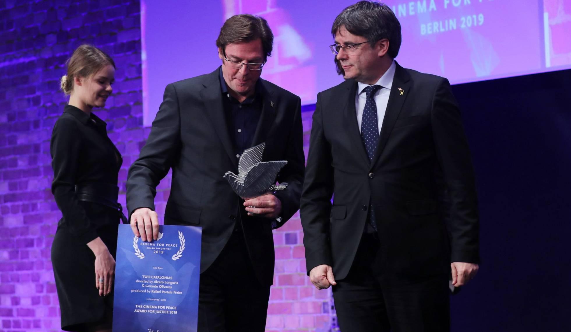 Los autores de 'Dos Cataluñas' devuelven el premio que Puigdemont les entregó
