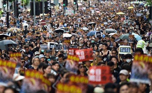 Miles de personas vuelven a marchar contra el Gobierno hongkonés