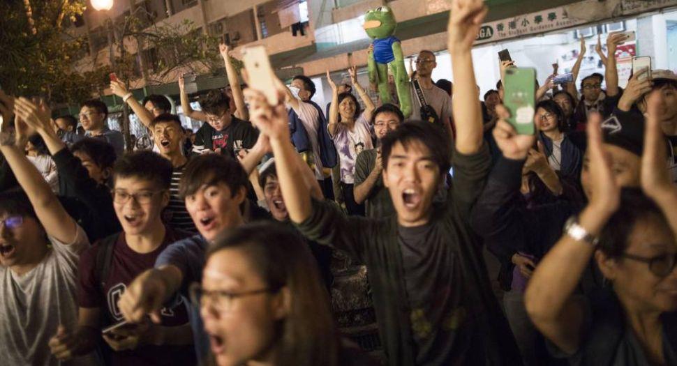 La oposición demócrata arrasa en las elecciones en Hong Kong