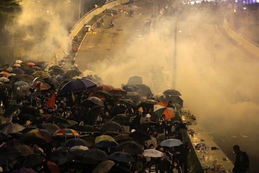 Los activistas atrincherados en la Universidad de Hong Kong se rinden ante el asedio policial