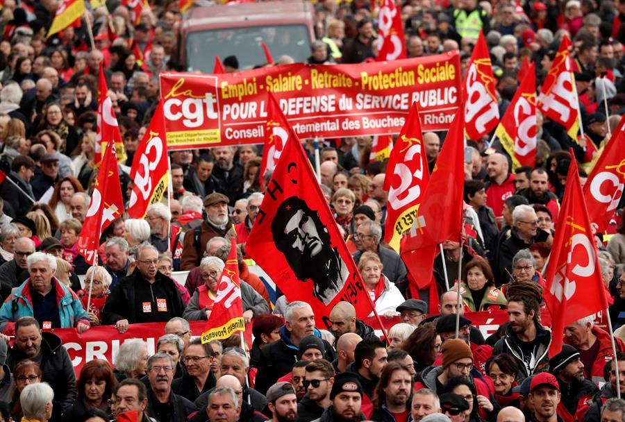 Una huelga masiva paraliza Francia y desafía a la reforma más arriesgada de Macron
