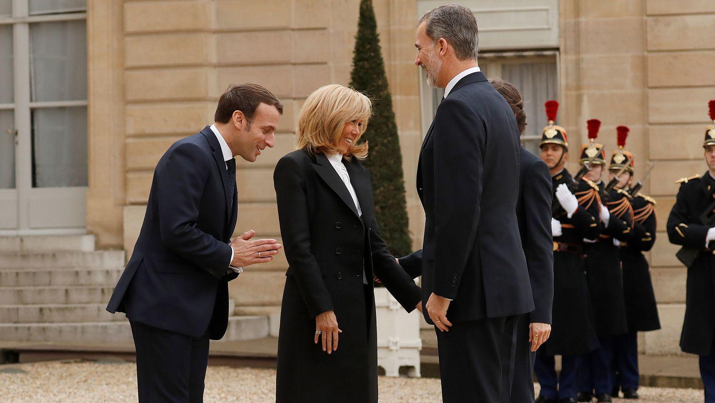 Macron Y Su Esposa Reciben A Los Reyes En El Eliseo Sin Estrecharse La Mano Por El Coronavirus Republica Com