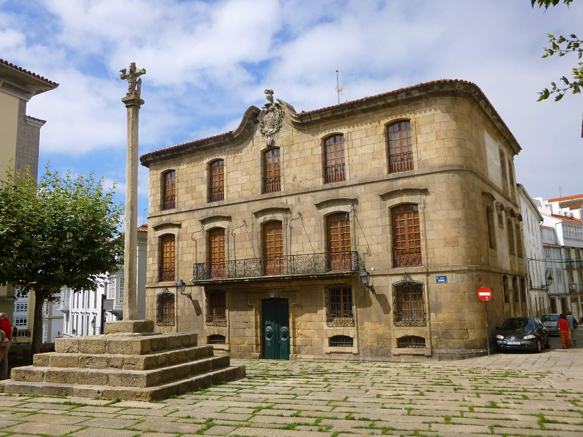 Los Franco ponen en venta la Casa Cornide en pleno juicio por el Pazo Meirás