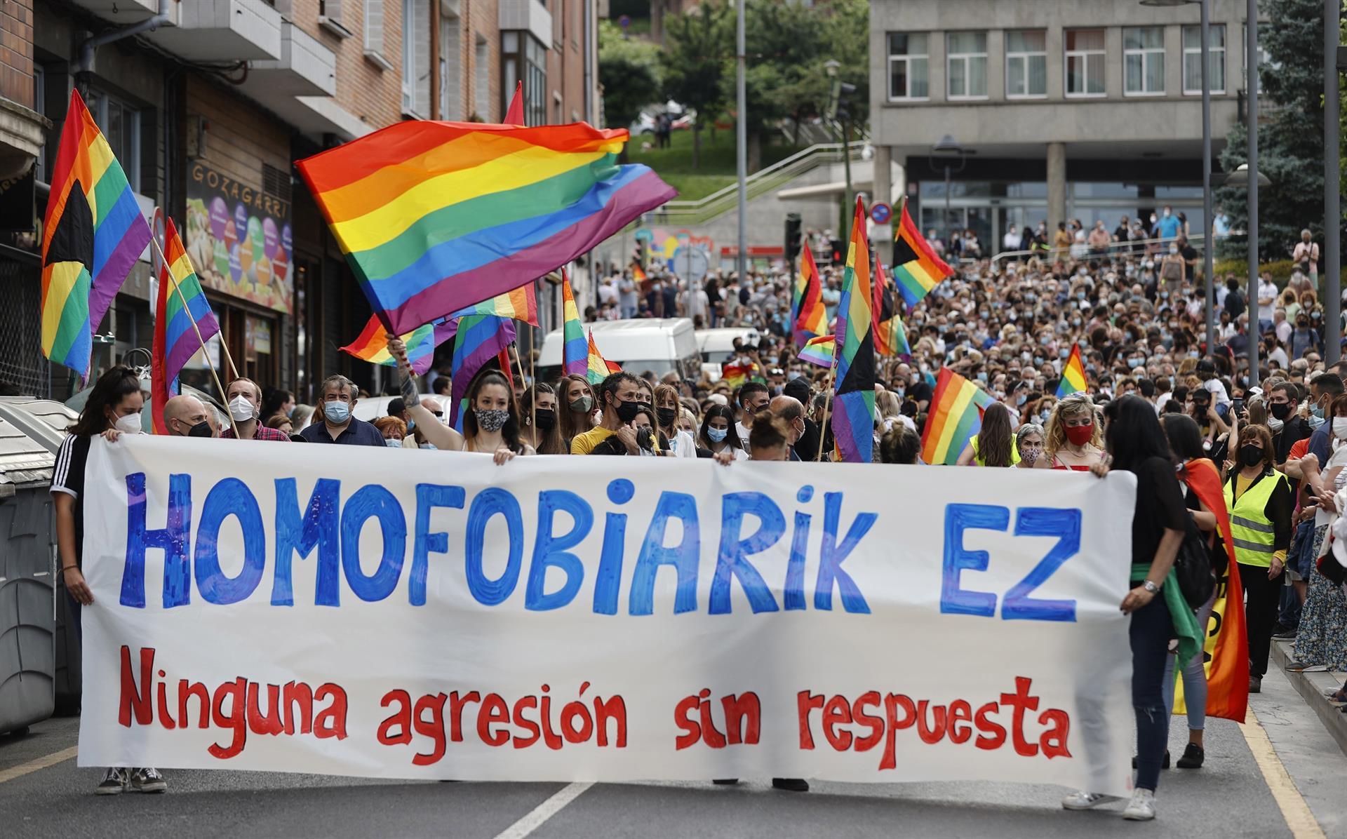 Multitudinaria manifestación en Basauri para condenar la brutal agresión homófoba a un joven