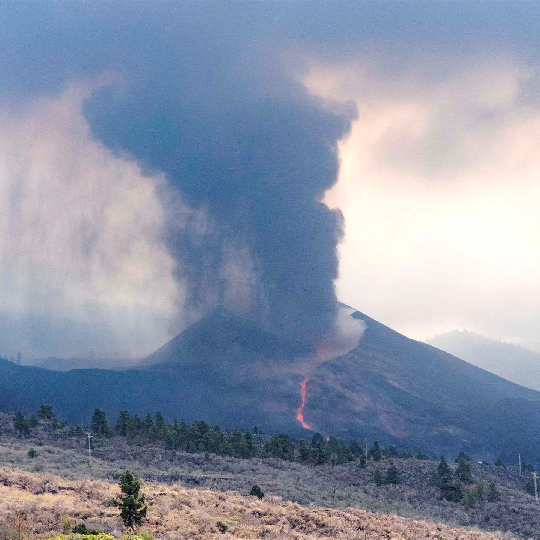 Una colada de lava desciende del volcán de La Palma en plen