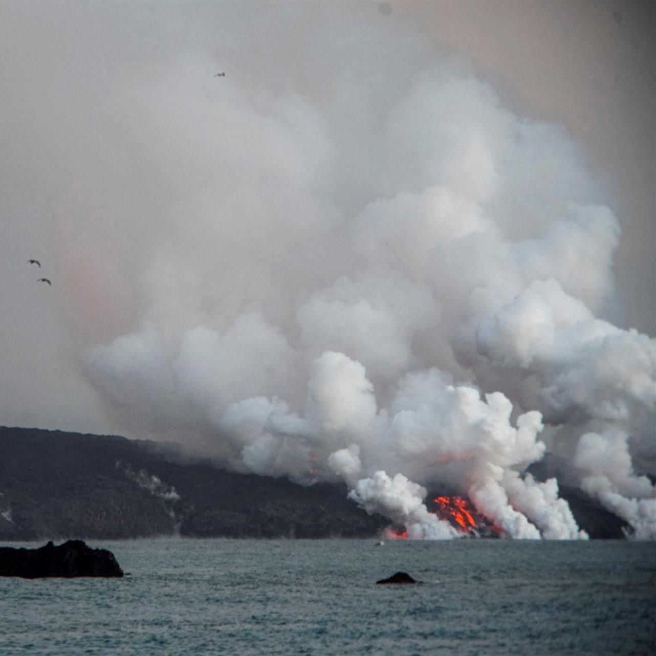 Humareda provocada por el contacto de la lava del volcán de La Palma con el mar.
